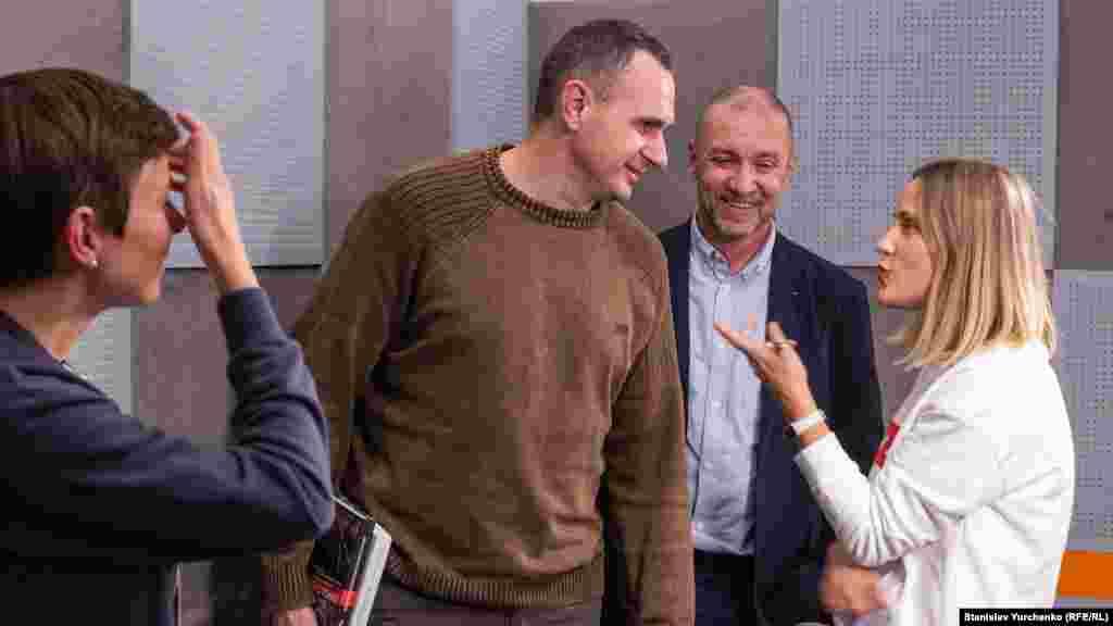 Український кінорежисер, колишній політв'язень Олег Сенцов прийшов на інтерв'ю до редакції Крим.Реалії. Детальніше про візит кримчанина – в нашій фотогалереї