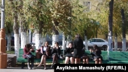 Студентки рядом с территорией вуза. Иллюстративное фото.