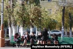 Школьницы сидят на скамейке. Жезказган, 29 октября 2013 года. Иллюстративное фото.