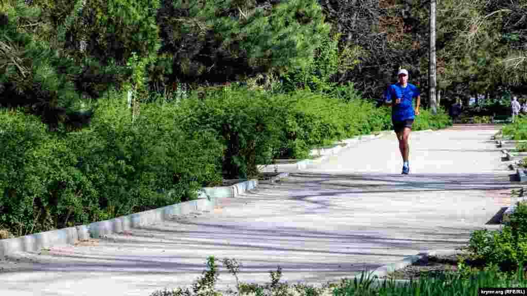Ще одні завсідники парку – люди, що підтримують здоровий спосіб життя. Денна пробіжка