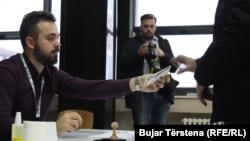 Sa jednog od biračkih mesta u Prištini, na lokalnim izborima (19. novembar 2017.)