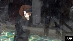 Франциядағы мұсылман әйел жұма намазында тұр. Париж, 16 қыркүйек 2012 жыл.