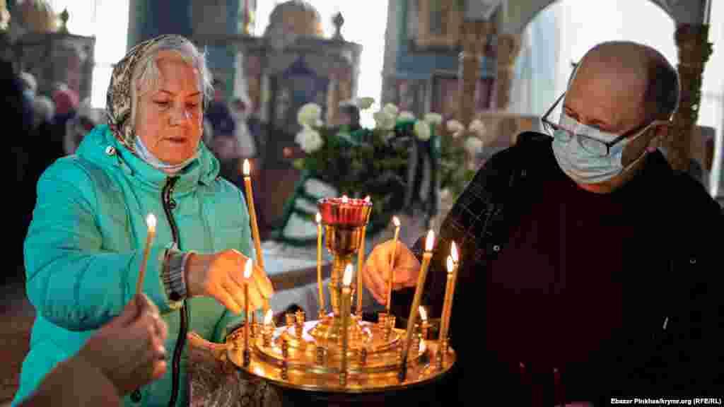 Парафіяни моляться і ставлять свічки за здоров'я та за упокій