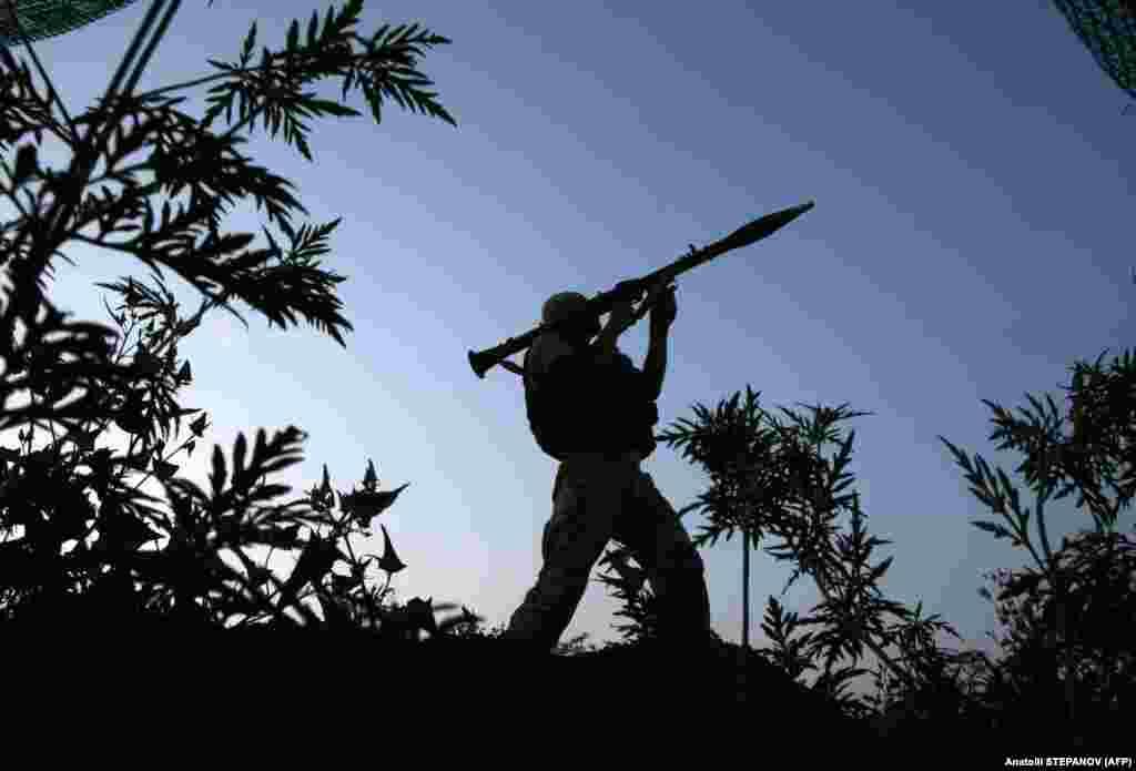 Український солдат займає позицію на лінії фронту з підтримуваними Росією бойовиками неподалік від містечка Красногорівка, Донецька область