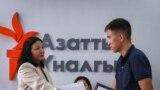 """""""Эркин Европа/Азаттык"""" радиосунун кыргыз кызматынын директору Венера Жуматаева сынактын жеңүүчүлөрүнө сыйлык тапшырууда."""