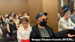 """Кирилл Серебренников и Совья Апфельбаум на оглашении приговора по делу """"Седьмой студии"""", июнь 2020 года"""