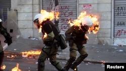 Демонстранты в Афинах забрасывают полицейских бензиновыми бомбами, 20 октября 2011