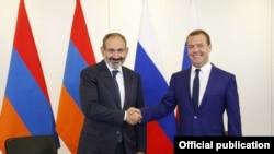 Никол Пашинян (слева) и Дмитрий Медведев, Санкт-Петербург, 27 юля 2018 г.
