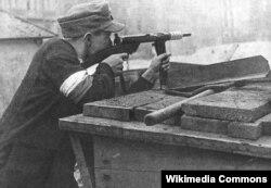 Боєць Армії крайової захищає свою барикаду під час Варшавського повстання