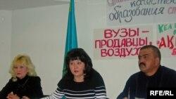 Төтенше комитет құрған ата-ана Ольга Оразбекова(ортада) мен Қайрат Ердебаев. Алматы, 21 қаңтар, 2009 жыл.