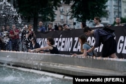 """Ne radi se o nužnosti uspostavljanja nekakvog """"nacionalnog balansa"""" među žrtvama, već jasnog određenja prema svakom zločinu (Fotografija: Performans 'Žena u crnom' u Beogradu, na dan genocida u Srebrenici, juli 2018.)"""