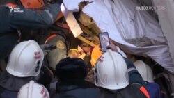 Відео: Рятувальники дістають живого малюка з-під завалів будинку в Магнітогорську (Росія)