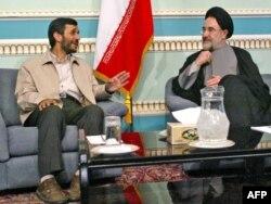 آغاز ریاستجمهوری دولت پوپولیستی محمود احمدینژاد (تابستان ۱۳۸۴)، اقداماتی را که در زمان محمد خاتمی و وزارت امور خارجه کمال خرازی انجام گرفته بود از مسیر خود خارج و بایگانی کرد.