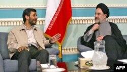 O zamankı Prezident Məhəmməd Xatəmi (sağda) yeni prezident seçilmiş Mahmud Əhmədinejadla (solda) görüşür. Tehran, 29 iyun 2005
