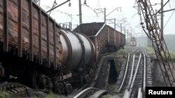 Поезд на разрушенном взрывом мосту в районе села Новобахмутовка к северу от Донецка, 7 июля 2014 года.