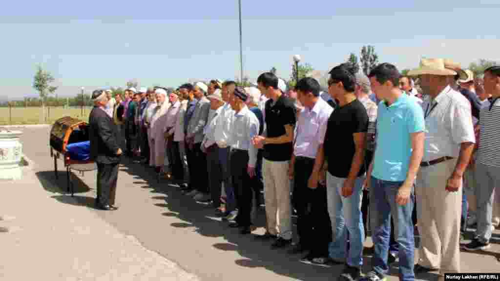 Молитву Жаназа-намаз читает бывший главный муфтий Казахстана Ратбек Нысанбайулы.