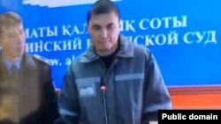 Ринат Кибраев белсенділер Макс Боқаев пен Талғат Аянның сотында видео конференция арқылы сөйлеп тұр. Атырау, 19 қазан 2016 жыл.