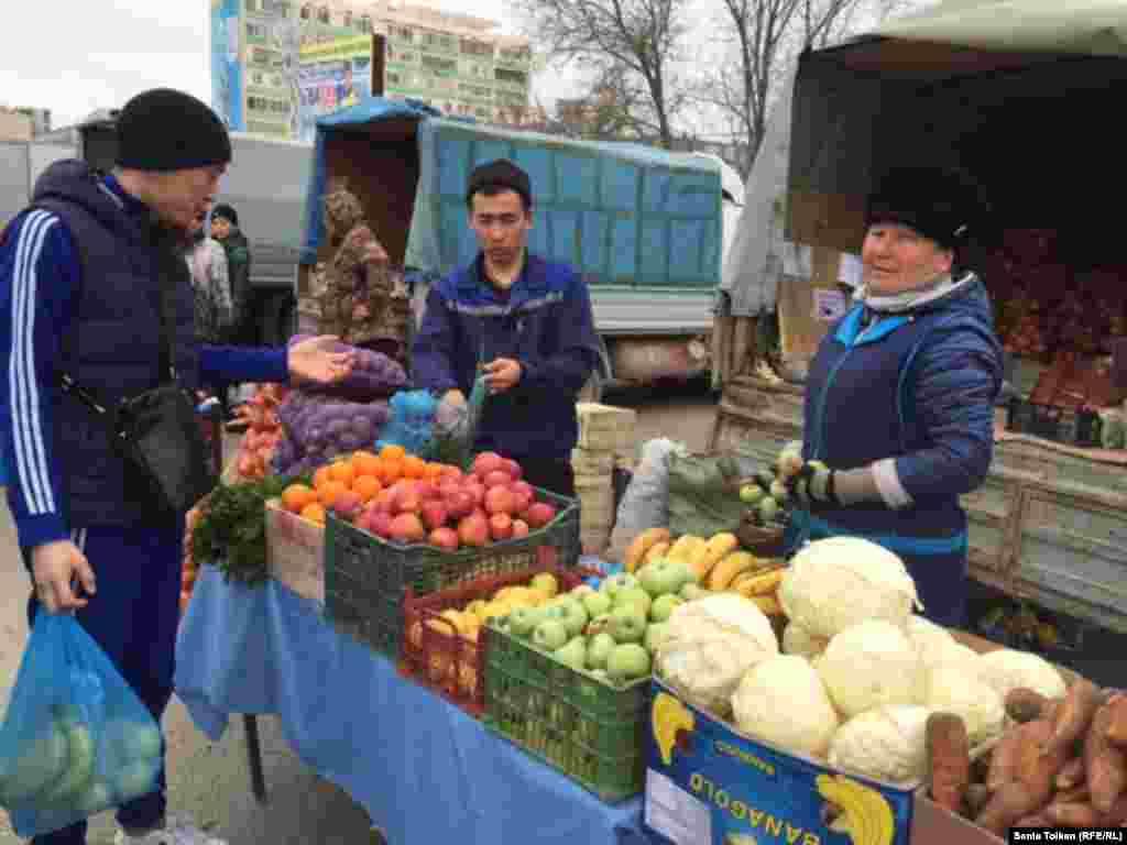 Килограмм иранских яблок на ярмарке продают по 350 тенге, по такой же цене – мандарины из Пакистана. Пучок зелени стоит 120 тенге.