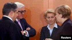 وزیر خارجه آلمان (نفر دوم از چپ) در کنار صدراعظم، وزیر دفاع و وزیر اقتصاد آن کشور