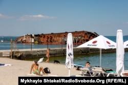 Українці відпочивають на пляжі Одеси на тлі затонулого танкера. 2 липня 2020 року