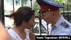 """Задержание полицейскими активистки оппозиционной партии """"Алга"""" Айжангуль Амировой. Алматы, 19 августа, 2009 года."""