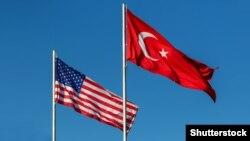 Flamuri i SHBA-së dhe ai i Turqisë.
