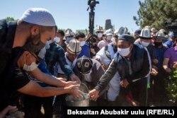 Похороны на окраине Бишкека.