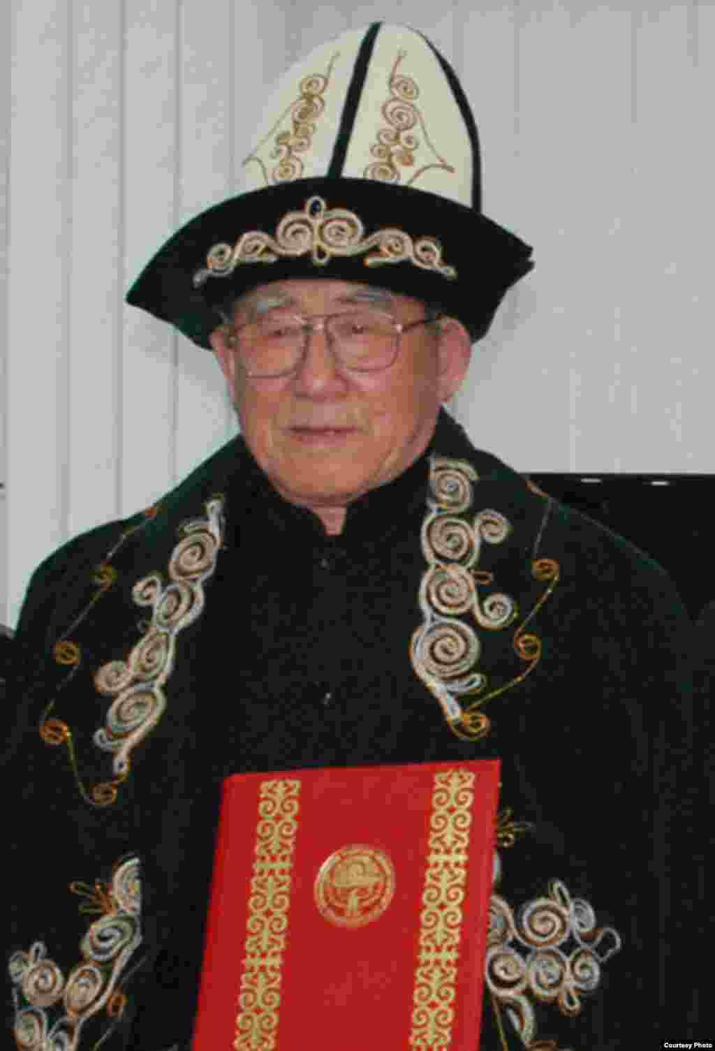 Кытайлык чыгаан илимпоз, кыргыз таануучу, манас таануучу жана дунган таануучу Мухаммед Ху Чжэнхуанын 85 жылдыгына арналган сүрөт баян.