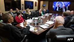 Presidenti amerikan Barack Obama dhe bashkëpunëtorët e tij më të afërt në Dhomën e Situatës nëpërmjet video telekonferencës bisedojnë me anëtarët e delegacionit amerikan në Lozanë