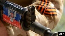 Автомат в руках у пророссийского сепаратиста в Донецке