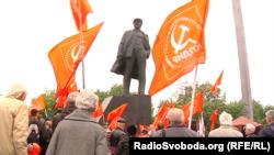 Чимало людей у руках тримають червоні стяги з комуністичною символікою та портрети Сталіна