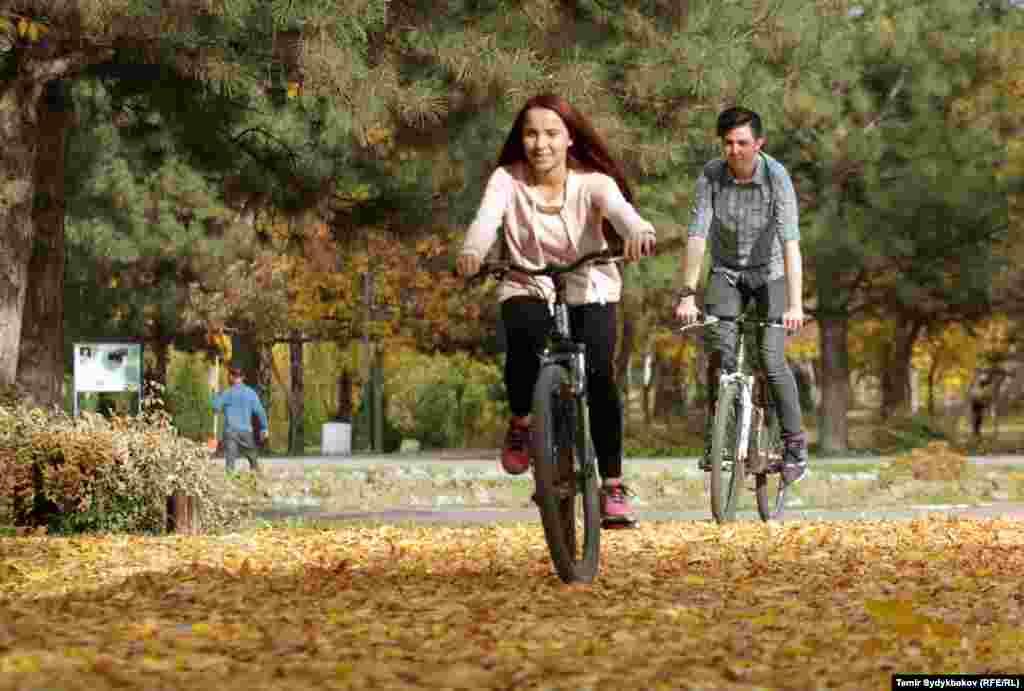 Бишкек. Девушка на велосипеде