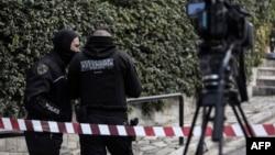 Полиция в Афинах на месте убийства журналиста Йоргоса Караиваза. 9 апреля 2021 года.