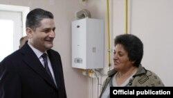 Пресьер-министр Тигран Саргсян беседует с жительницей Степанавана, получившей новую квартиру. 29 декабря 2010 г.