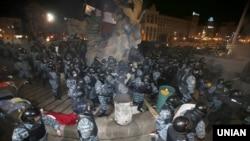Сотрудники спецподразделения «Беркут» разгоняют Евромайдан в Киеве. 30 ноября 2013 года.