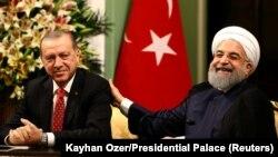 Реджеп Тайїп Ердоган (л) і Хасан Роугані (п) під час прес-конференції в Тегерані, 4 жовтня 2017 року