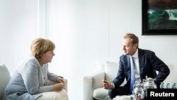 Գերմանիայի կանցլեր Անգելա Մերկելը զրուցում է Եվրոպական խորհրդի նախագահ Դոնալդ Տուսկի հետ: Բեռլին, 27-ը հունիսի, 2016 թ․