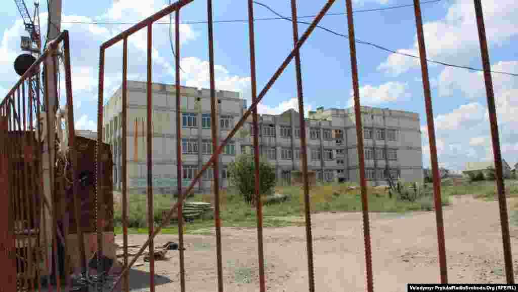 Школа відгороджена від дітей парканом