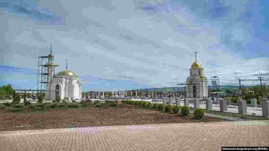 На території комплексу розташовані каплиця і мечеть. Вони в недобудованому стані
