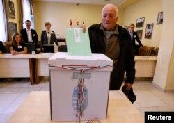 Magyar szavazó Csíkszeredában a 2014-es magyarországi választáson