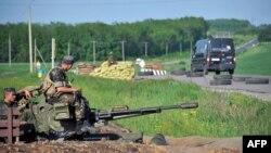 Украинские солдаты стоят на блок-посте под Краматорском. 15 мая 2014 года.