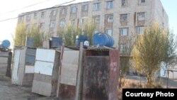 Бауыржан Момышұлы көшесіндегі 76-үй ауласында тұрған дәретханалар. Қызылорда қаласы, 2013 жыл. (Сурет Нұрбай Шәкімнің блогынан алынды).