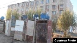 Туалеты во дворе многоэтажного жилого дома в Кызылорде.