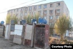 Туалеты с душем, построенные во дворе многоэтажного дома № 72 на улице Момышулы в Кызылорде.