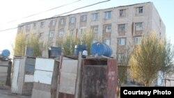 Бауыржан Момышұлы көшесіндегі 76-үй ауласында тұрған дәретханалар. Қызылорда қаласы, 2013 жыл. (Сурет Нұрбай Шәкімнің блогынан алынды)