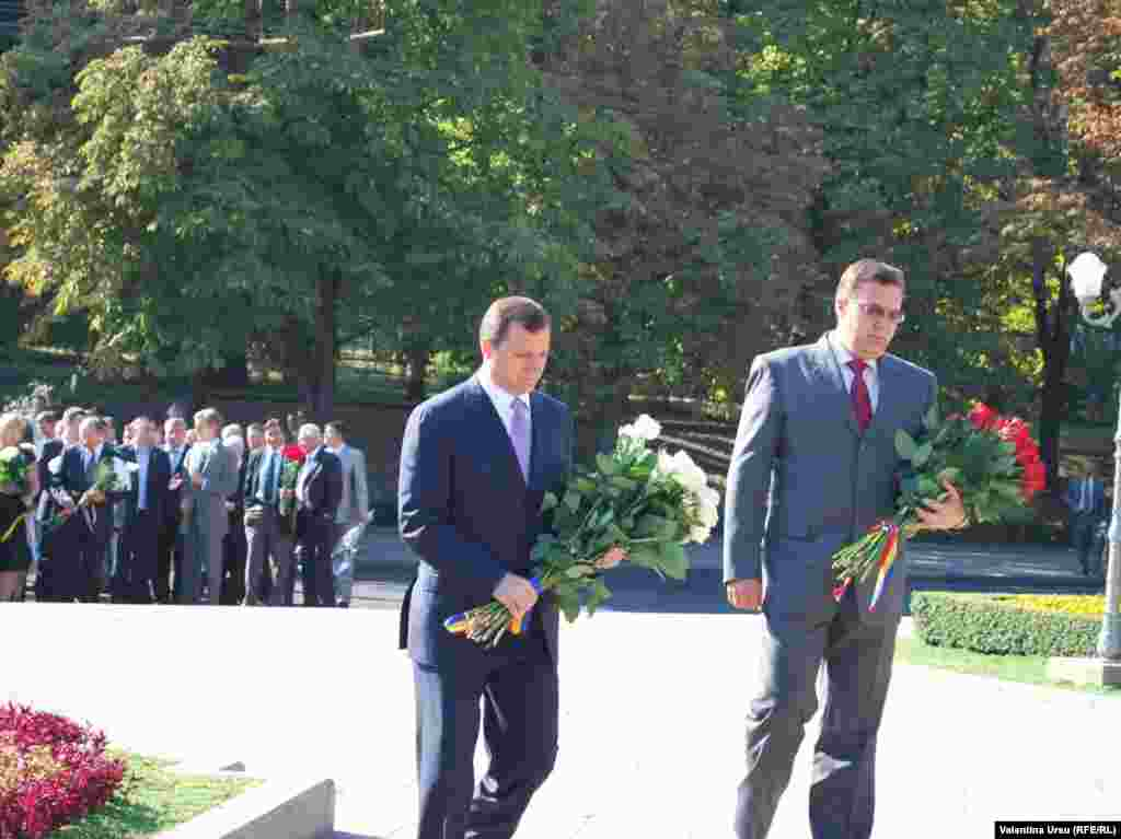 Preşedintele interimar Marian Lupu şi premierul Vlad Filat depun flori