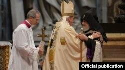 Папа Римский Франциск и Католикос всех армян Гарегин Второй во время литургии, посвященной 100-й годовщине Геноцида армян, в Соборе Святого Петра в Ватикане, 12 апреля 2015 г.