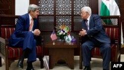 Secretarul de stat John Kerry și liderul palestinian Mahmud Abbas la ultima lor întîlnire la Ramallah, la 24 noiembrie 2015