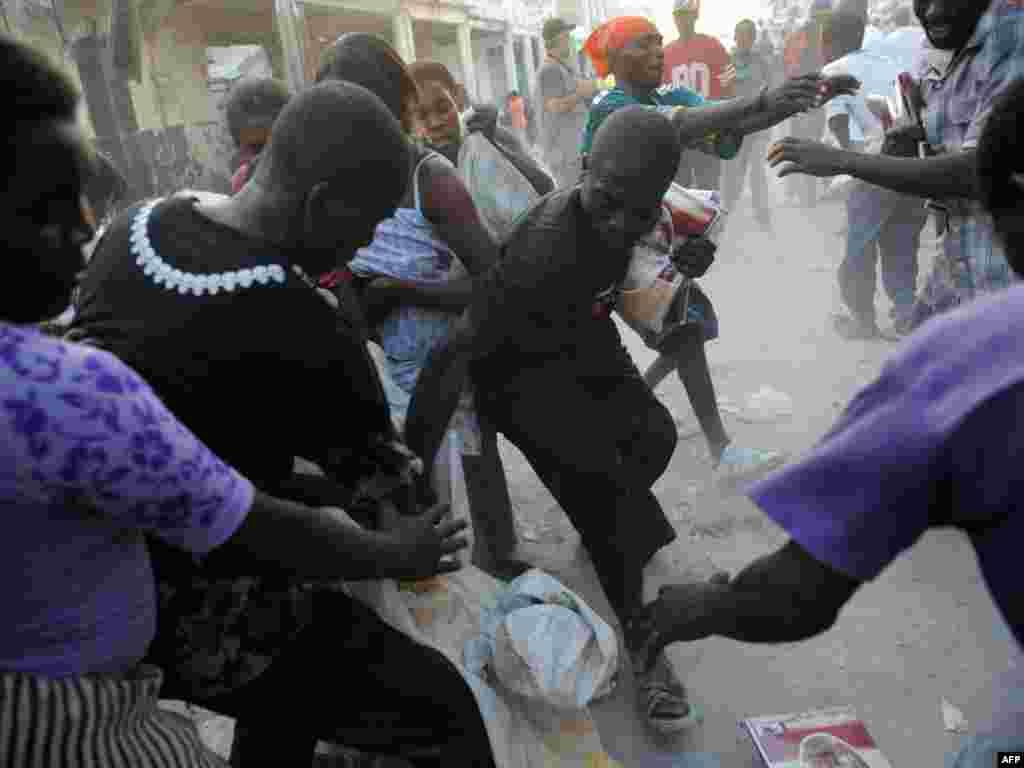 Бойка рабаўнікоў на вуліцах Порт-о-Прэнсу за скрадзеныя рэчы - Фота: AFP