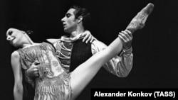 """Балерина Алисия Алонсо и солист Большого театра Азарий Плисецкий в сцене из балета """"Кармен-сюита в Москве, 1969 год"""